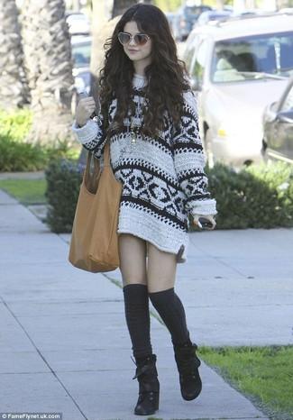 Как Selena Gomez носит Белое платье-свитер с принтом, Черные замшевые ботильоны на шнуровке, Черные носки до колена, Светло-коричневая кожаная большая сумка