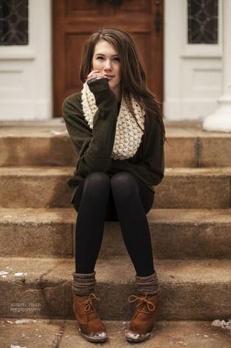 Как и с чем носить: оливковое платье-свитер, табачные замшевые ботильоны на шнуровке, бежевый вязаный шарф, коричневые шерстяные носки