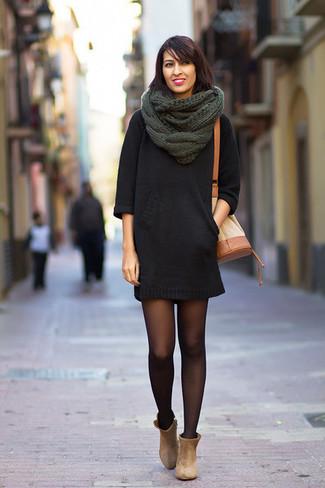 Как и с чем носить: черное платье-свитер, бежевые замшевые ботильоны, светло-коричневая кожаная сумка-мешок, темно-зеленый вязаный шарф