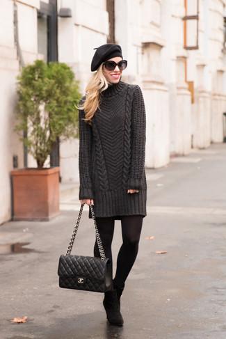 Как и с чем носить: темно-серое платье-свитер, черные замшевые ботильоны, черная кожаная стеганая сумка-саквояж, черный берет