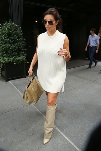 Как и с чем носить: белое платье-свитер, бежевые кожаные ботфорты, светло-коричневая замшевая большая сумка, темно-коричневые солнцезащитные очки