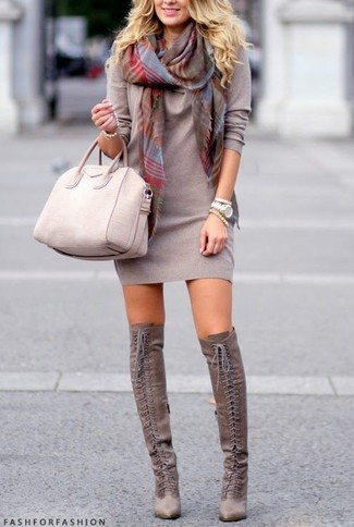 Модный лук: Серое платье-свитер, Серые замшевые ботфорты, Бежевая кожаная большая сумка, Серый шарф в шотландскую клетку