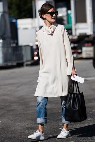 Как и с чем носить: бежевое платье-свитер, синие джинсы-бойфренды, белые кожаные низкие кеды, черная кожаная сумка-мешок