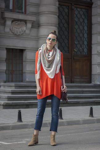 Темно-пурпурная кожаная сумка через плечо: с чем носить и как сочетать: Оранжевое платье-свитер и темно-пурпурная кожаная сумка через плечо — стильный выбор барышень, которые всегда в движении. Вместе с этим нарядом великолепно будут смотреться светло-коричневые замшевые ботильоны.