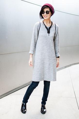 Как и с чем носить: серое платье-свитер, темно-синие джинсы скинни, черные кожаные лоферы, пурпурная шапка
