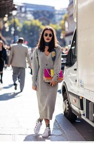 Как и с чем носить: серое платье-свитер, белые кожаные низкие кеды, разноцветная кожаная сумка-саквояж, темно-бирюзовый шелковый шарф с принтом