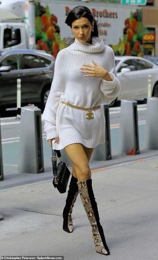 Как и с чем носить: белое платье-свитер, черные замшевые сапоги, черный кожаный клатч, золотой ремень