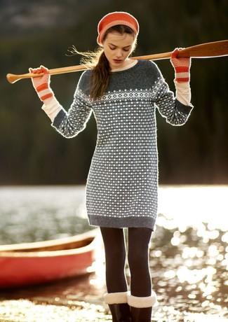 Как и с чем носить: серое платье-свитер с жаккардовым узором, бежевая футболка с длинным рукавом, красные шерстяные перчатки, красный берет