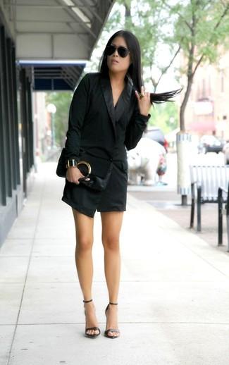 Как и с чем носить: черное платье-смокинг, черные кожаные босоножки на каблуке, черный кожаный клатч, черные солнцезащитные очки