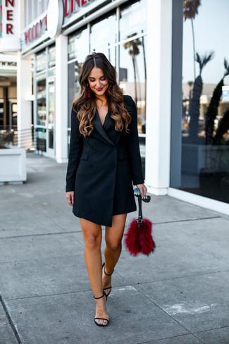 Как и с чем носить: черное платье-смокинг, черные кожаные босоножки на каблуке, красный меховой клатч, черные солнцезащитные очки