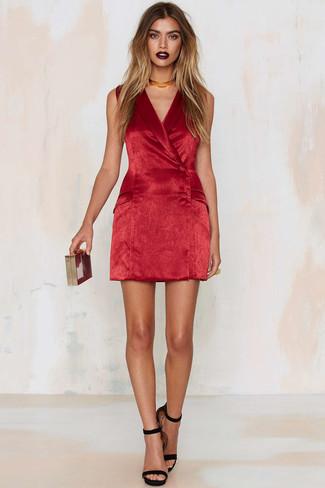 Как и с чем носить: красное бархатное платье-смокинг, черные замшевые босоножки на каблуке, красный клатч, золотое ожерелье-чокер