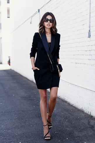 Как и с чем носить: черное платье-смокинг, черная майка, черные замшевые босоножки на каблуке, черная замшевая сумка через плечо