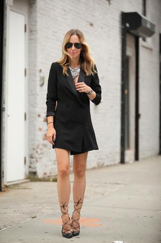 Как и с чем носить: черное платье-смокинг, черные кожаные туфли, черные солнцезащитные очки, серебряное колье