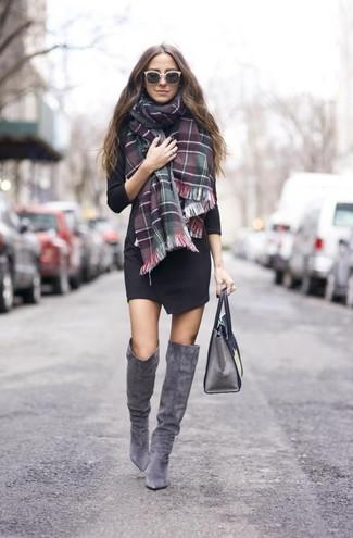Как и с чем носить: черное платье с запахом, серые замшевые ботфорты, серая кожаная сумка-саквояж, зелено-красный шарф в шотландскую клетку