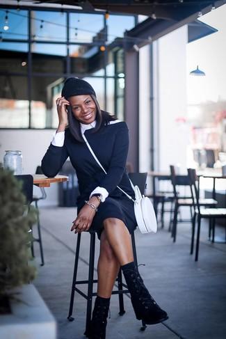 Как и с чем носить: черное платье с открытыми плечами, белая классическая рубашка, черные замшевые ботинки на шнуровке, белая кожаная сумка через плечо