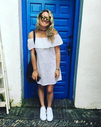 Как и с чем носить: белое платье с открытыми плечами с люверсами, белые низкие кеды, темно-синяя кожаная большая сумка, золотые солнцезащитные очки