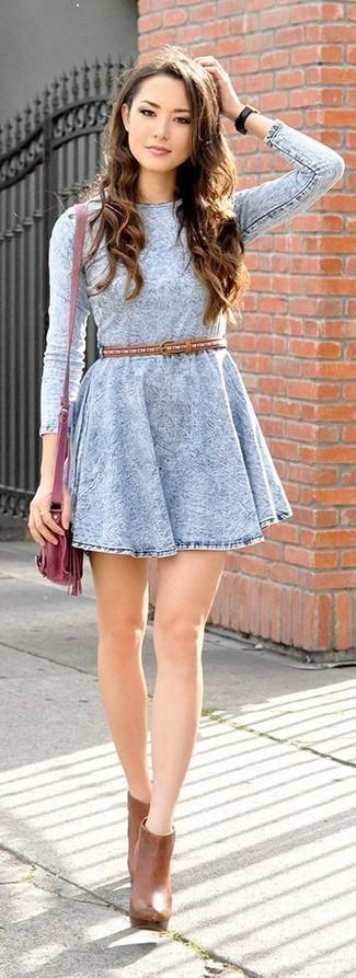 Как и с чем носить: голубое джинсовое платье с плиссированной юбкой, табачные кожаные ботильоны, темно-красная кожаная сумка через плечо, табачный кожаный ремень