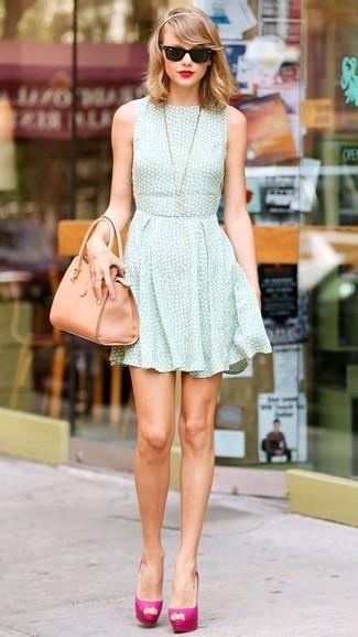 Как Taylor Swift носит Мятное платье с плиссированной юбкой, Ярко-розовые кожаные туфли, Светло-коричневая кожаная большая сумка, Черные солнцезащитные очки
