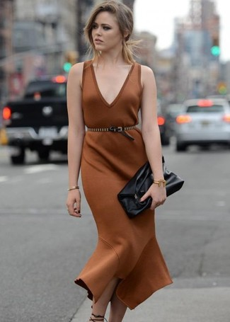 Модный лук: Коричневое платье-футляр, Черные кожаные босоножки на каблуке, Черный кожаный клатч, Черный кожаный пояс с шипами