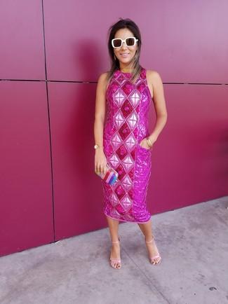 Как и с чем носить: ярко-розовое платье-футляр с украшением, розовые кожаные босоножки на каблуке, разноцветный клатч в вертикальную полоску, белые солнцезащитные очки