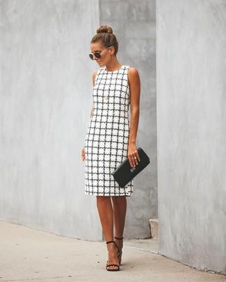 Как и с чем носить: бело-черное платье-футляр в клетку, черные кожаные босоножки на каблуке, черный кожаный стеганый клатч, черно-золотые солнцезащитные очки