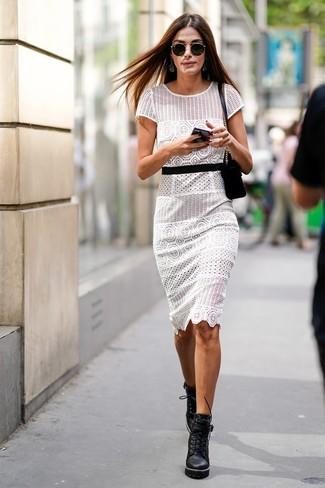 Как и с чем носить: белое платье-футляр крючком, черные кожаные массивные ботильоны на шнуровке, черная замшевая сумка через плечо, черные солнцезащитные очки