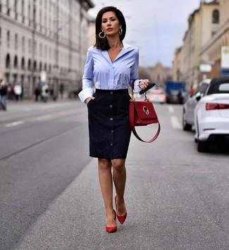 Как и с чем носить: темно-синее замшевое платье-футляр, голубая классическая рубашка, красные замшевые туфли, красная кожаная сумка-саквояж