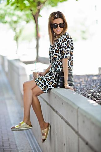 Как и с чем носить: светло-коричневое платье-футляр с леопардовым принтом, золотые кожаные сандалии на плоской подошве, черный кожаный клатч с шипами, черные солнцезащитные очки