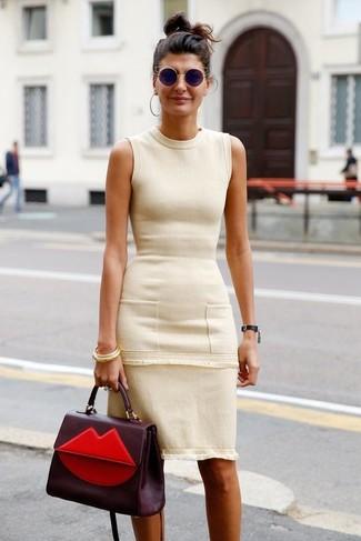Как и с чем носить: бежевое платье-футляр, темно-красная кожаная сумка-саквояж, черные солнцезащитные очки, золотой браслет