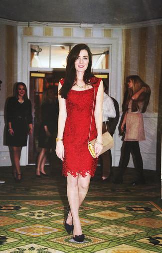 Как и с чем носить: красное кружевное платье-футляр, черные замшевые туфли, золотая кожаная сумка через плечо, золотое колье