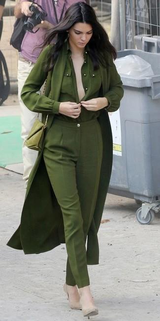 Как Kendall Jenner носит Оливковый легкий плащ, Оливковая блуза на пуговицах, Оливковые классические брюки, Бежевые кожаные туфли