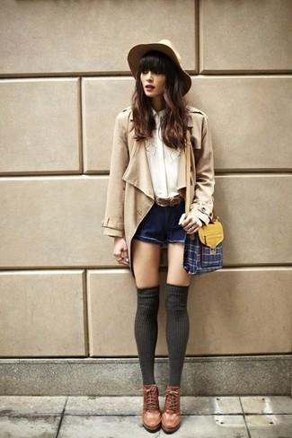 Как и с чем носить: светло-коричневый плащ, белая шелковая блуза на пуговицах, темно-синие джинсовые шорты, коричневые кожаные ботильоны на шнуровке