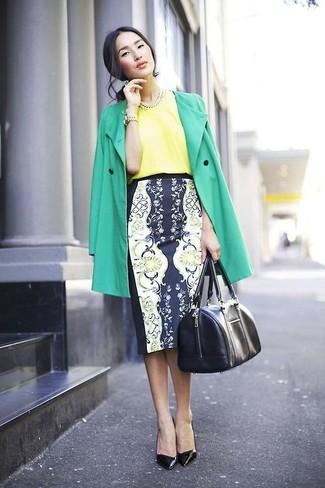 Модный лук: Зеленый плащ, Желтая шелковая блуза с коротким рукавом, Темно-сине-белая юбка-карандаш с цветочным принтом, Черные кожаные туфли