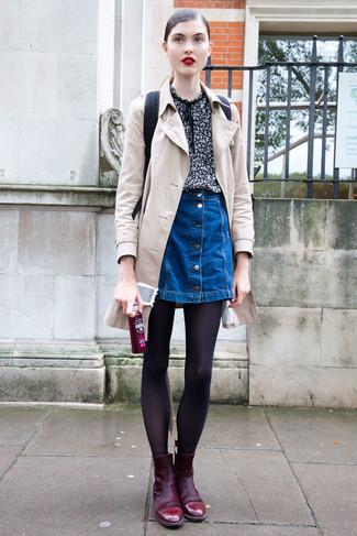 Как и с чем носить: бежевый плащ, черная блуза с коротким рукавом с принтом, синяя джинсовая юбка на пуговицах, темно-красные замшевые ботильоны