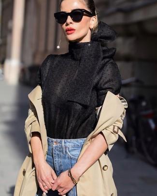 Как и с чем носить: светло-коричневый плащ, черная блузка с длинным рукавом, синие джинсы, черные солнцезащитные очки