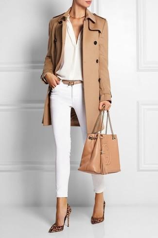 Как и с чем носить: светло-коричневый плащ, белая шелковая блузка с длинным рукавом, белые узкие брюки, светло-коричневые замшевые туфли с леопардовым принтом