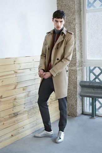 Модный лук: светло-коричневый плащ, темно-красный бомбер, серая водолазка, темно-серые спортивные штаны