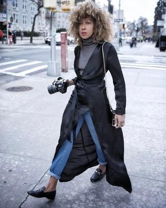 Как и с чем носить: черный легкий плащ, серая водолазка, синие джинсы, черные кожаные лоферы