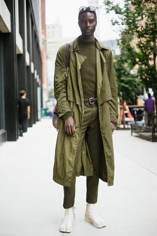 Как и с чем носить: оливковый плащ, оливковая водолазка, оливковые классические брюки, бежевые замшевые ботинки челси