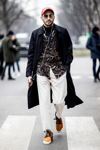 Черный плащ: с чем носить и как сочетать мужчине: Если ты принадлежишь к той категории молодых людей, которые разбираются в моде, тебе придется по вкусу лук из черного плаща и белых брюк чинос. Если сочетание несочетаемого импонирует тебе не меньше, чем проверенная классика, закончи свой образ светло-коричневыми замшевыми низкими кедами.