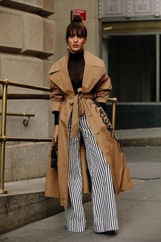 Как и с чем носить: светло-коричневый плащ, черная водолазка, бело-черные широкие брюки в вертикальную полоску, черные кожаные ботильоны