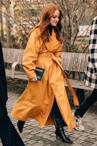 Как и с чем носить: оранжевый кожаный плащ, черная водолазка, черные кожаные широкие брюки, черные кожаные ботильоны
