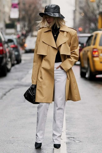 Как и с чем носить: светло-коричневый плащ, черная водолазка, белые широкие брюки, черные сатиновые ботильоны