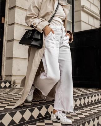 Модный лук: бежевый плащ, бежевая водолазка, белые джинсовые широкие брюки, бело-черные кожаные низкие кеды