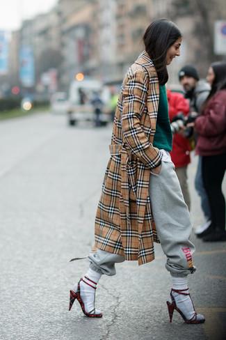 Как и с чем носить: светло-коричневый плащ в шотландскую клетку, темно-зеленый вязаный свитер, серые спортивные штаны, красные замшевые босоножки на каблуке в клетку