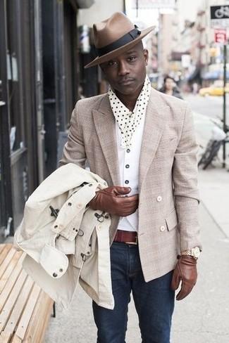Как и с чем носить: бежевый плащ, бежевый двубортный пиджак, белый жилет, белая футболка с круглым вырезом