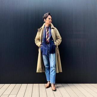 Модные мужские луки 2020 фото: Согласись, сочетание светло-коричневого плаща и голубых джинсов смотрится несравненно? Опасаешься выглядеть неаккуратно? Дополни этот образ коричневыми кожаными ботинками челси.