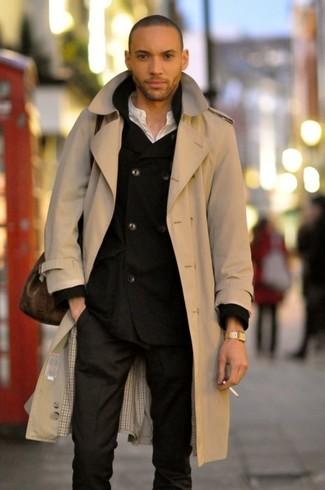 Модный лук: бежевый плащ, черный двубортный пиджак, белая футболка на пуговицах, черные классические брюки