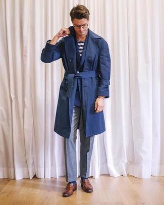 Как и с чем носить: темно-синий плащ, темно-синий шерстяной двубортный пиджак, бело-темно-синяя футболка с круглым вырезом в горизонтальную полоску, серые шерстяные классические брюки