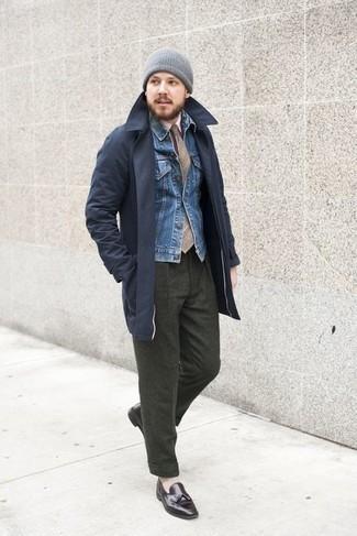 С чем носить светло-коричневый галстук в шотландскую клетку мужчине: Несмотря на то, что этот образ выглядит довольно выдержанно, образ из темно-синего плаща и светло-коричневого галстука в шотландскую клетку неизменно нравится стильным мужчинам, непременно пленяя при этом сердца представительниц прекрасного пола. В паре с этим луком органично смотрятся темно-коричневые кожаные лоферы с кисточками.